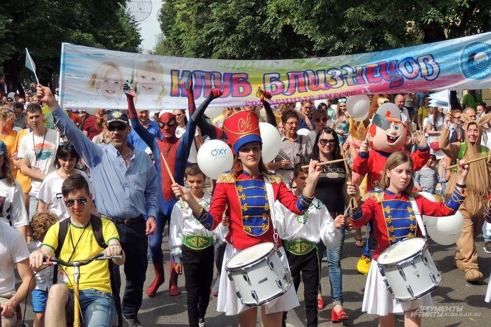 Начало шествия близнецов по улице Красной.