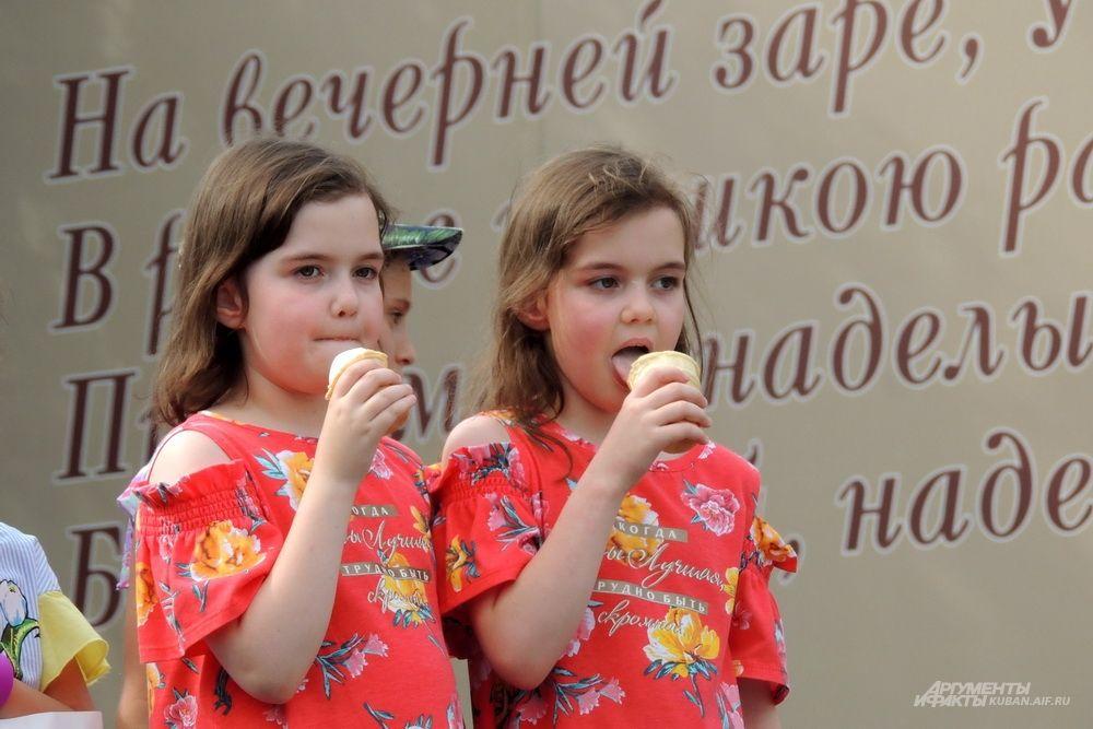 Участникам фестиваля бесплатно раздавали мороженое.