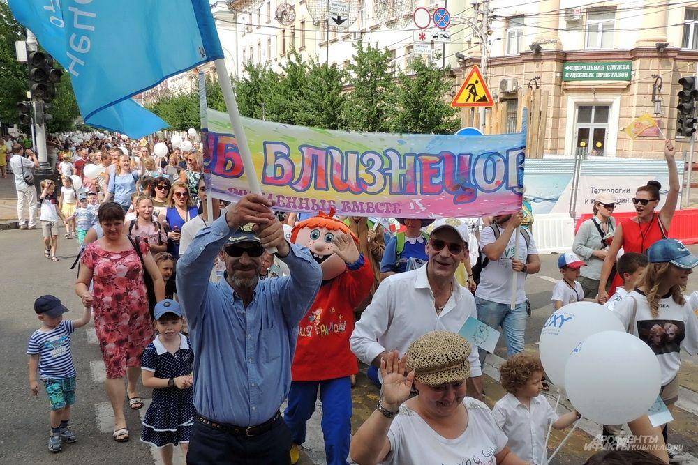 Братья Торсуевы с флагом Клуба близнецов Юга России.