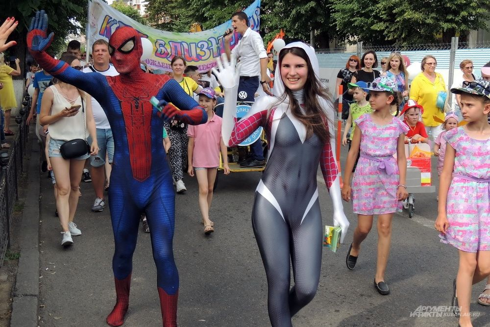 Аниматоры в костюмах супергероев привлекали внимание.