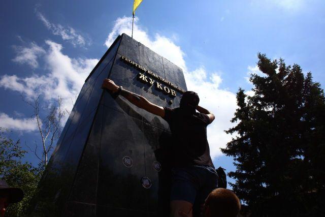 украинские националисты сносят памятник маршалу Жукову в Харькове