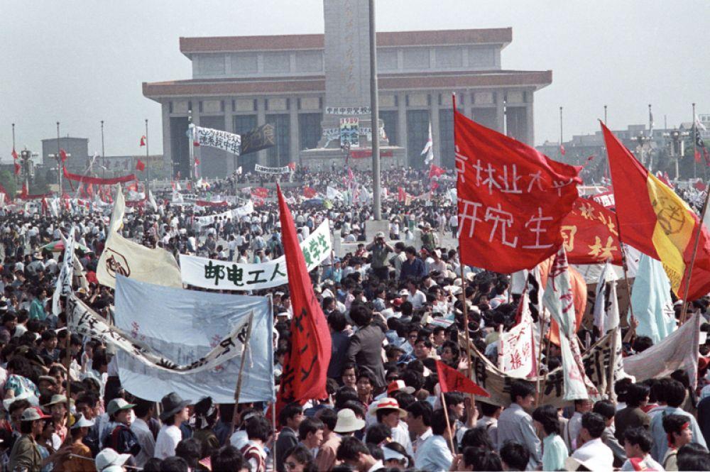 Протестующие заполняют площадь Тяньаньмэнь в Пекине.