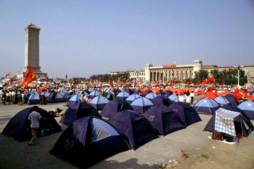 Палаточный лагерь демонстрантов на площади Тяньаньмэнь.