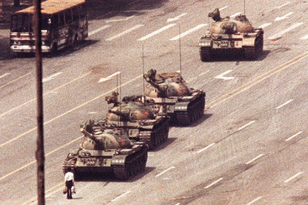 «Неизвестный бунтарь» — пожалуй, самые известный фотоснимок событий на площади Тяньаньмэнь. На нем изображен безоружный человек, вставший перед танковой колонной, чтобы вынудить ее остановиться.