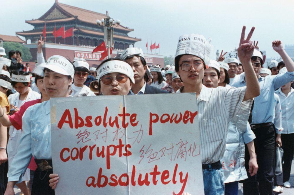 Группа журналистов поддерживает акцию протеста на площади Тяньаньмэнь.
