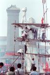 Студенты работают над статуей «Богиня демократии» в кампусе возле площади Тяньаньмэнь. Статуя была создана за 4 дня студентами Академии искусств Пекина из пенопласта и папье-маше поверх металлической арматуры. Была уничтожена 4 июня при подавлении демонстраций.