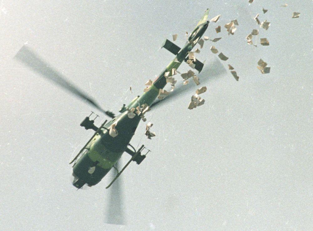 Военный вертолет сбрасывает листовки с требованием покинуть площадь Тяньаньмэнь в Пекине.