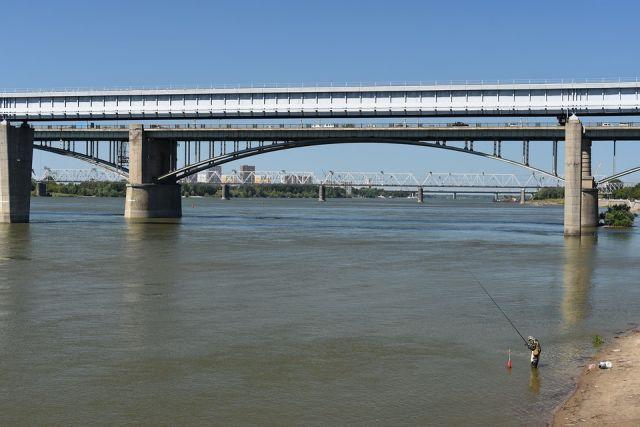 В Новосибирске специалисты завершили намывание песчаной дамбы в реке Обь.