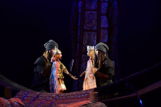 Актёры играли вместе с куклами.
