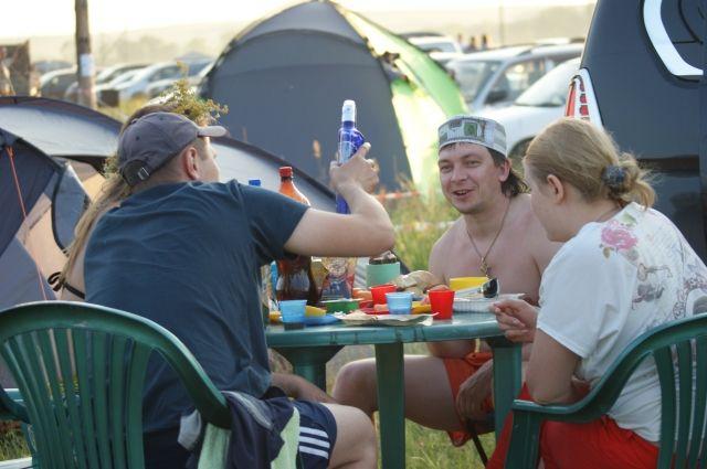 В обществе приняты двойные стандарты: всем известно, что алкоголь вреден, но пить его считается нормальным, поэтому праздники редко обходятся без застолья.