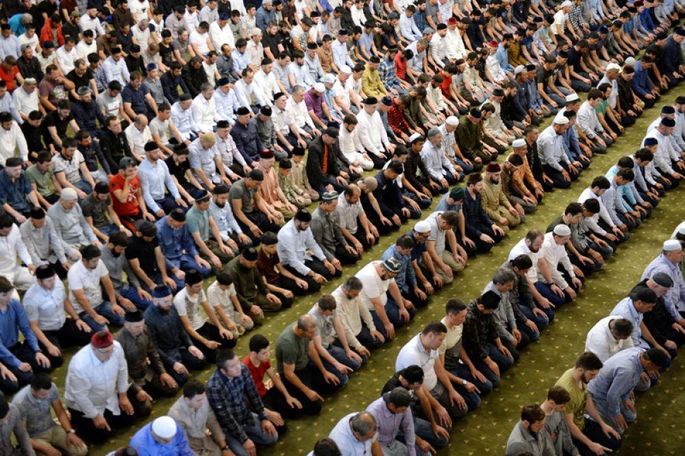 Верующие во время праздничной молитвы в мечети «Сердце Чечни» имени Ахмата Кадырова в Грозном.