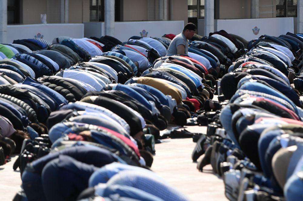 Мусульмане после намаза в день праздника Ураза-байрам у мечети Кул-Шариф в Казани.