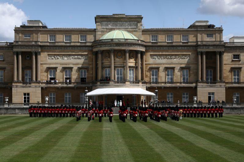 Почетный караул у Букингемского дворца.