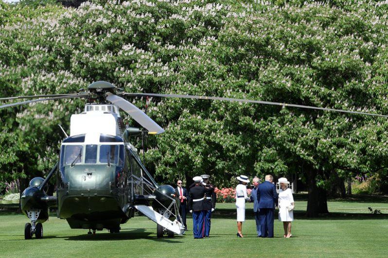 Принц Чарльз и его супруга Камилла встречают Дональда и Меланию Трамп на лужайке у Букингемского дворца.