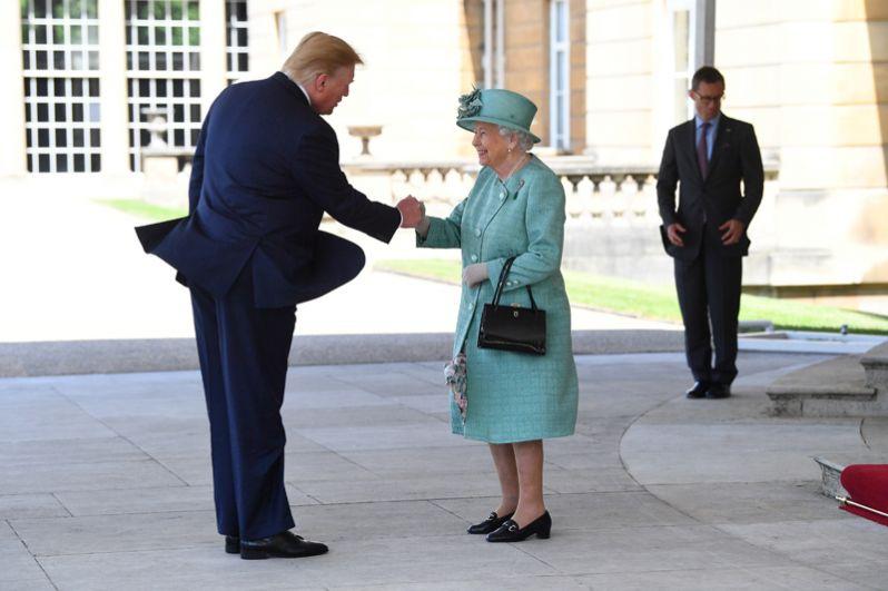 Елизавета II приветствует Трампа у входа в Букингемский дворец.