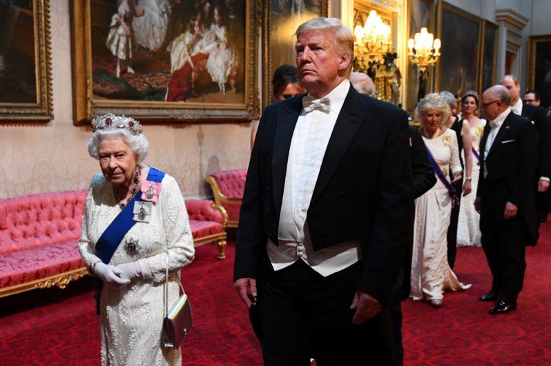 Королева Елизавета II и Дональд Трамп следуют на государственный банкет в честь приезда американского лидера.