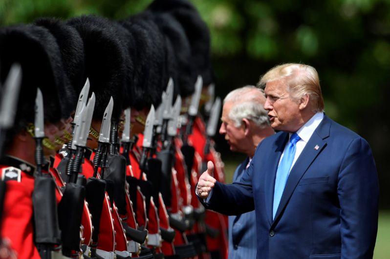 Американский президент принимает участие в смотре почетного караула.