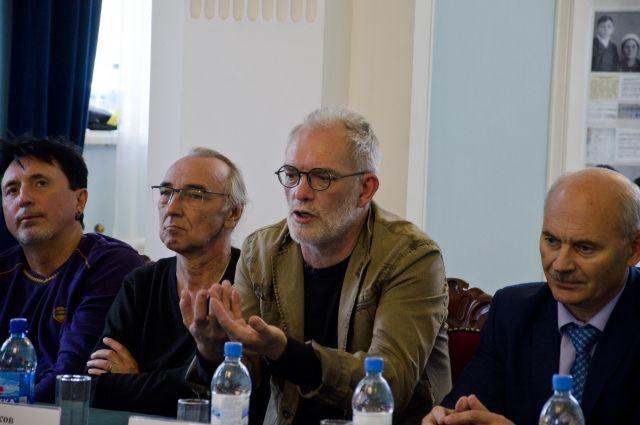 Игорь Лысов выбрал для гастролей разноплановые спектакли.