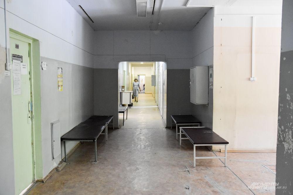 Внешне больница напоминает заброшенные дома в чернобыльской зоне отчуждения, но с живыми людьми: облупившаяся штукатура, треснувший линолеум, старые окна и подтеки после дождя на потолке.
