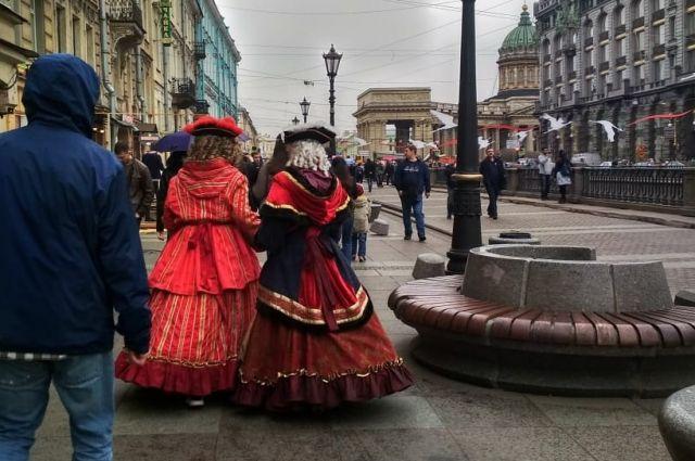Вымогатели в костюмах с россиян берут по 300-500 рублей за фото, с иностранцев - по 3-4 тысячи.