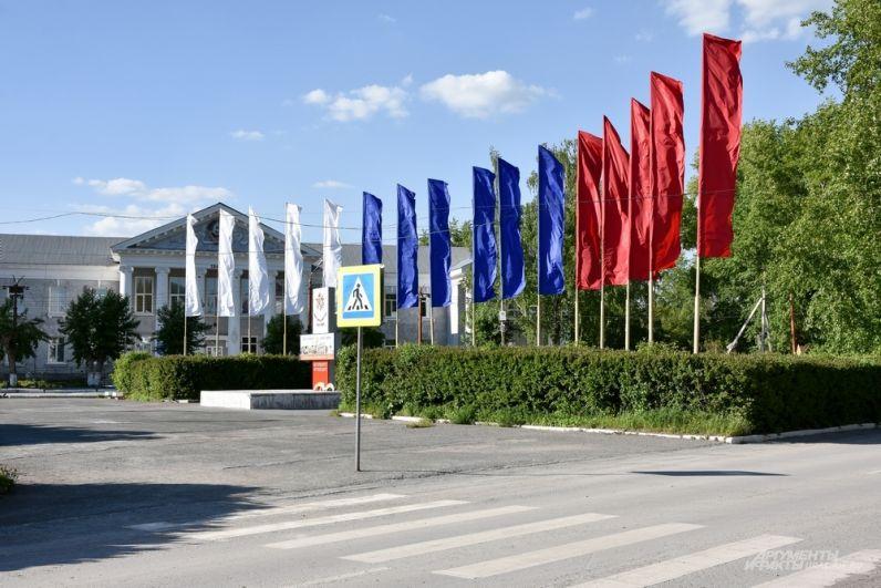 Неподалеку центральная площадь. Административная составляющая Богдановича располагается в южной части города.