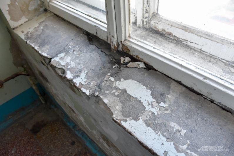 Подоконники и окна в отделении частично заменены на пластиковые.