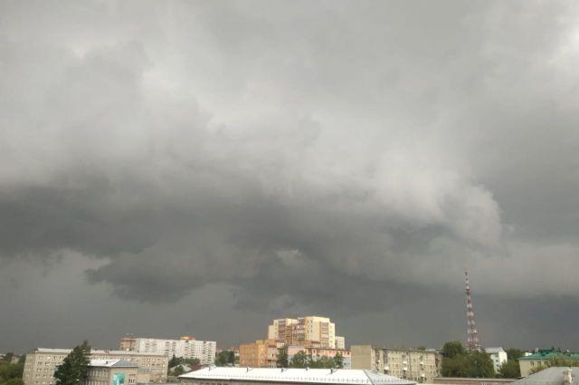 Ближайшие трое суток ожидается развитие мощных кучево-дождевых облаков, а также грозы и шквалистый ветер.