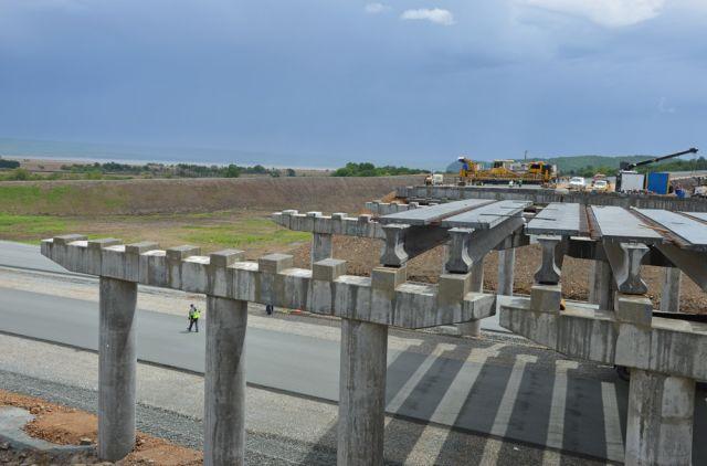 На новой дороге возводят грандиозные конструкции.