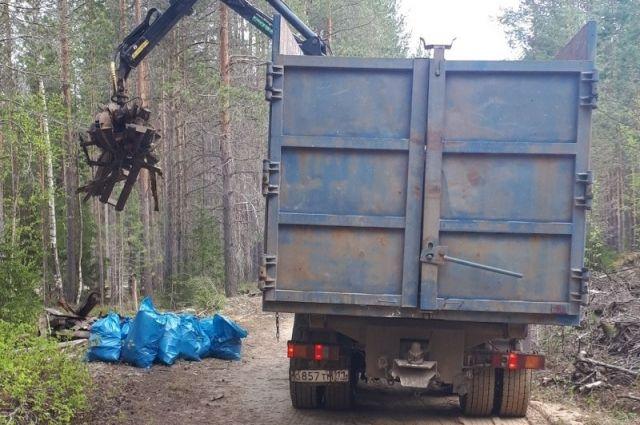 Администрация района выделила для экологической акции самосвал, оборудованный манипулятором для погрузки.