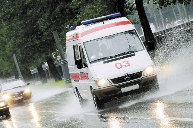 У женщины случился приступ в машине такси, но, по словам водителя, медики не захотели помочь ей.