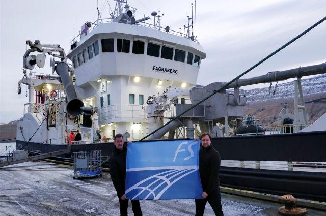 Представители компании Fishering Service на фоне судна «Фаграберг» - одного из лидеров на промысле в Северной Атлантика - после успешных испытаний новой модели трала.
