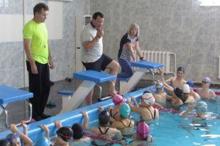 Владислав Фролов объяснял и наглядно показывал, как надо правильно выполнять ту или иную технику плавания.