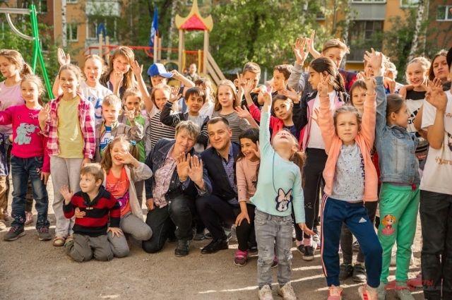 Депутат Игорь Титаренко подготовил для ребят сюрпризы.