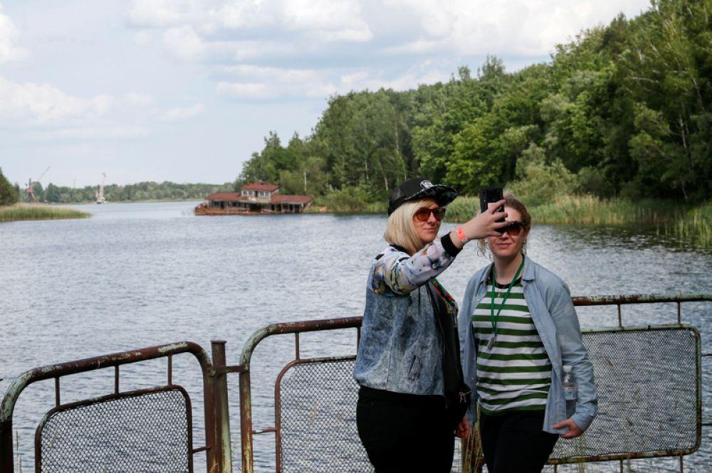 Девушки фотографируются в речном порту Припяти.