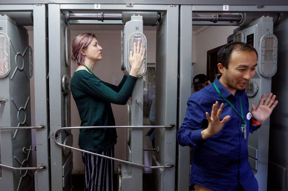 Посетители проходят радиационный контроль после посещения Чернобыльской АЭС.