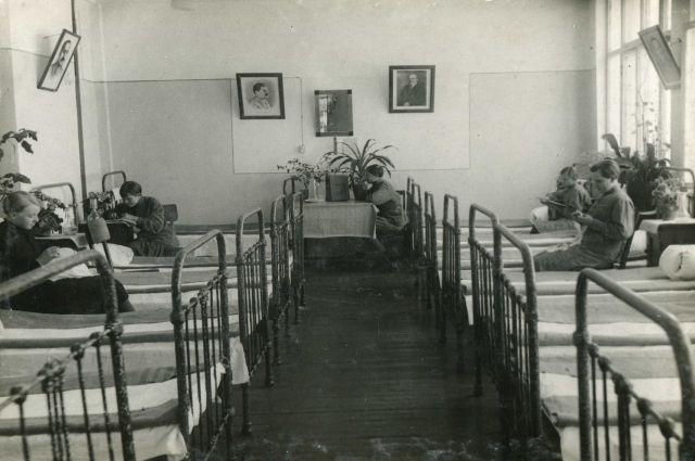 Даже скромные железные кровати были дефицитным товаром, заводы не производили их в нужном количестве.