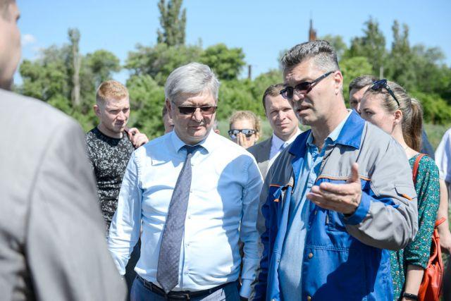 Гендиректор предприятия Игорь Житарюк показал губернатору иловые карты — предположительно один из главных источников неприятного запаха, а также вторичные отстойники и систему аэротенков.