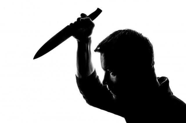 Мужчина нанес женщине множественные удары ножом, забрал 10800 рублей и мобильный телефон погибшей и скрылся.