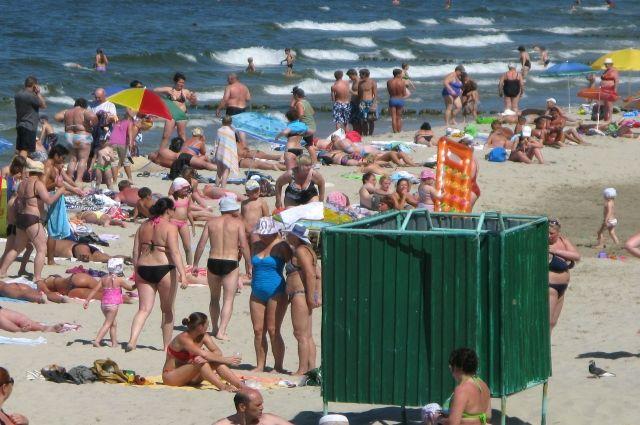 Пляж Зеленоградска оборудован душевыми стойками и переодевалками