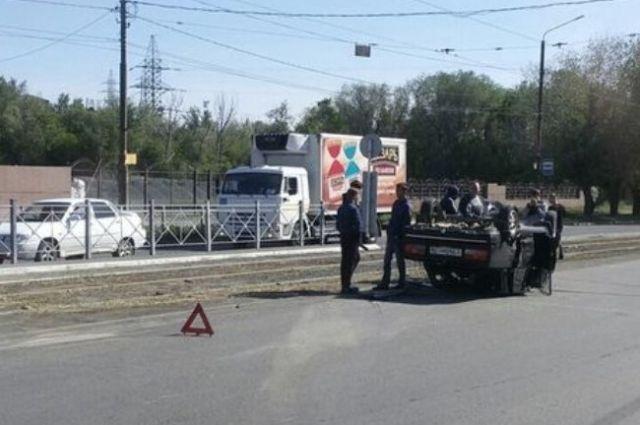 В Орске «ВАЗ» опрокинулся на крышу после столкновения с KIA