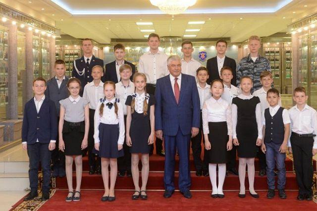 Владимир Колокольцев и награжденные дети.