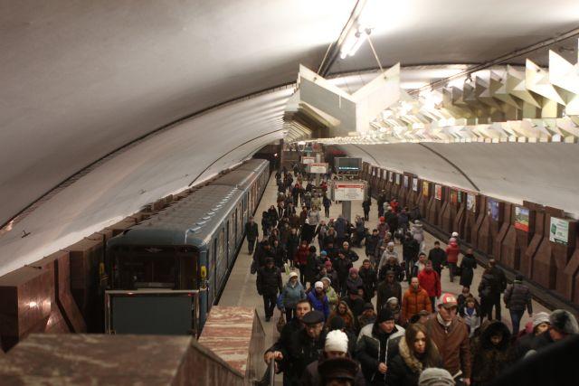 Суть акции в новосибирском метрополитене заключается в том, что вместо покупки жетона пассажир может наизусть прочитать не менее двух строф из любого произведения поэта.