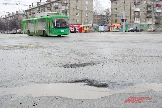 Ямы - нередкое явление для Новосибирска