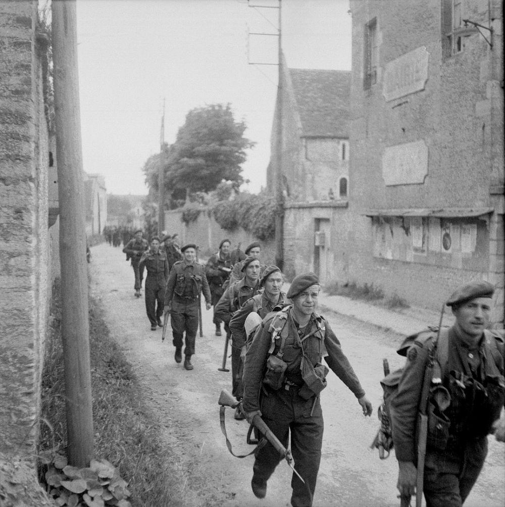 Солдаты идут через Кольвиль-сюр-Орн к мосту Пегас.