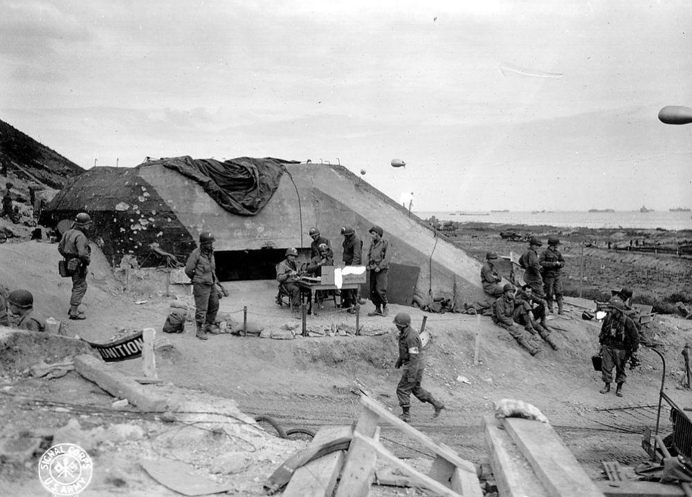 Захваченный немецкий бункер на пляже «Омаха».