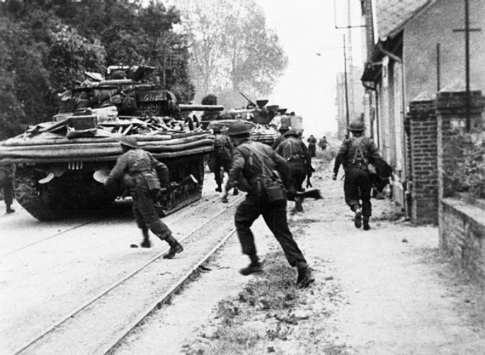 Британский спецназ ведёт уличные бои в городе Уистреам. Плацдарм «Сорд».