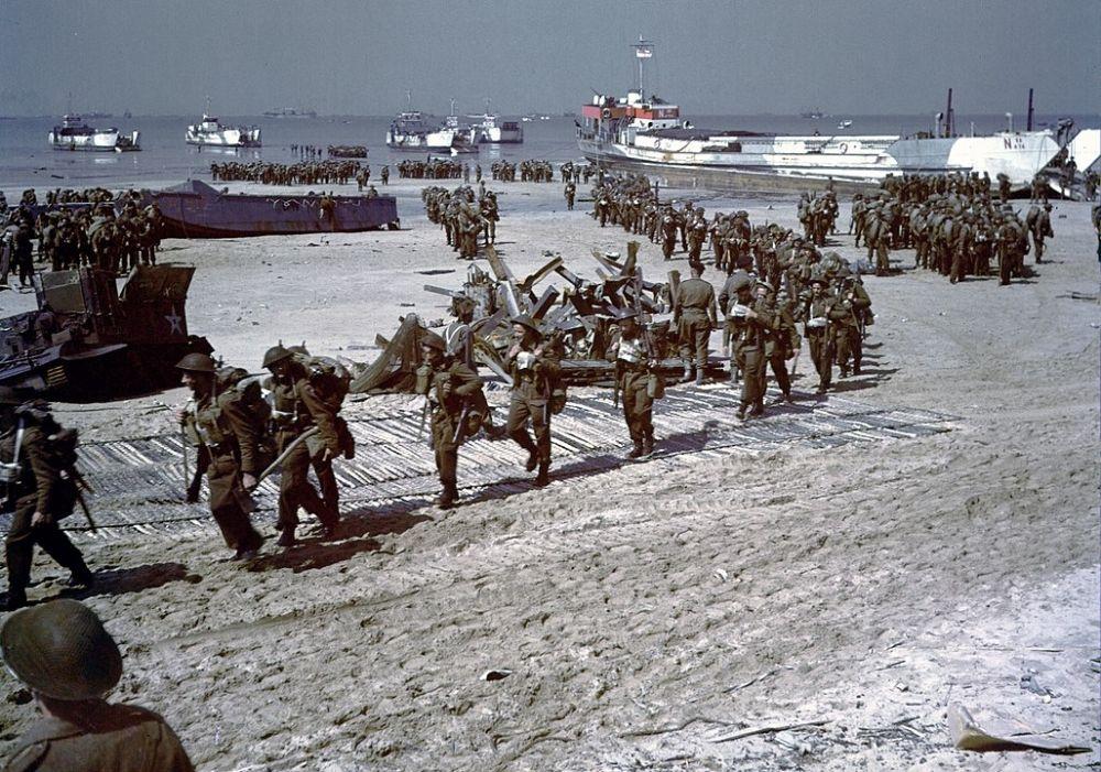 Американские солдаты на пляже «Омаха».