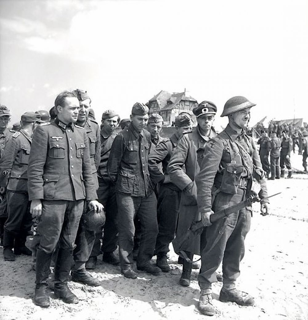 Пленные немцы под охраной канадского солдата. Курсель-сюр-Мер. 6 июня 1944 года.