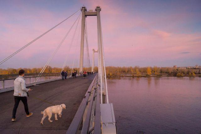 Прежде чем попасть на вантовый мост, велосипедисту придется спешиться и катить велосипед рядом с собой