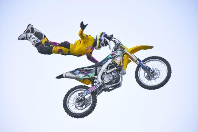Главным событием выходных, пожалуй, станет выступление московской команды мотофристайла FMX 13, которая покажет прыжки с трамплина с завораживающими трюками в небе.